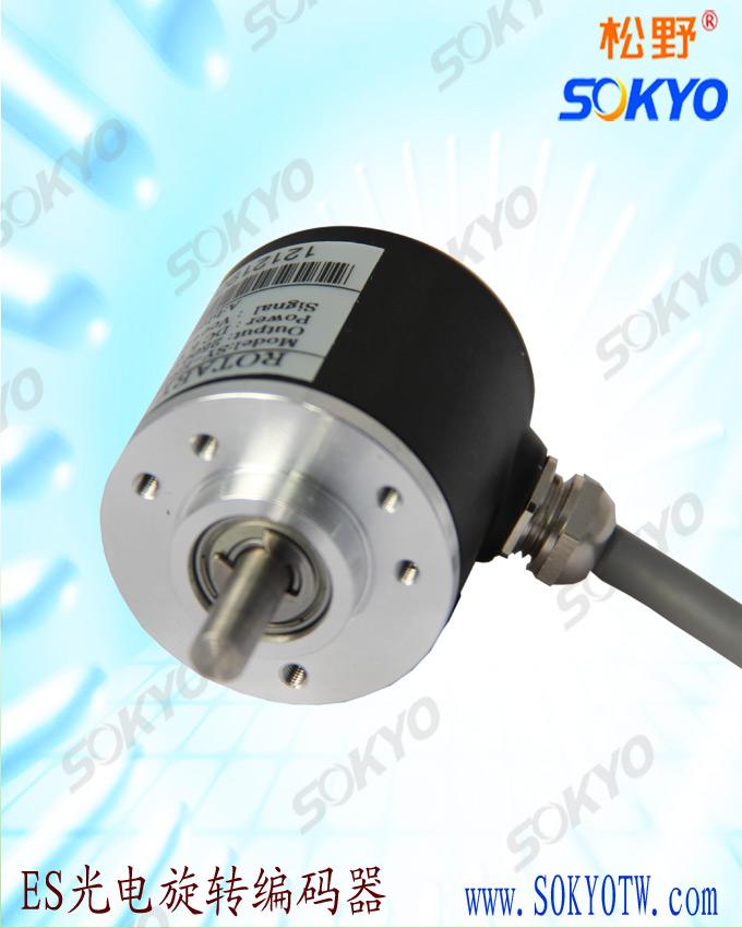 光电编码器是集光、机、电精密技术于一体的高新技术结晶、通过光电转换、可将输出轴的角位移、角速度等机械量转换成相应的电脉冲以数字量输出。光电编码器一般有增量式旋转编码器、绝对式编码器。根据设计要求、在此只介绍增量式编码器。增量式光电编码器旋转时、有相应的脉冲输出、其旋转方向的判别和脉冲数量的增减需要借助外部的判向电路和计数器来实现。其计数起点可任意设定、并可实现多圈的无限累加和测量、还可以把每转发出的一个脉冲的Z信号、作为参考机械零位。 编码器的轴转一圈会输出固定的脉冲、对于光电式旋转编码器、输出脉冲数和旋